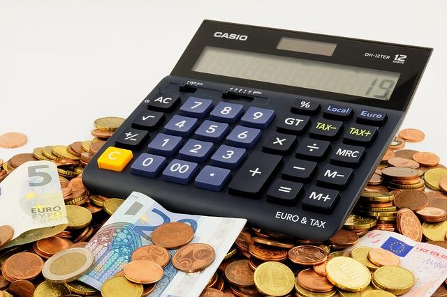 peníze u kalkulačky