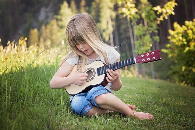 Začít hrát na kytaru můžete sami i bez učitele