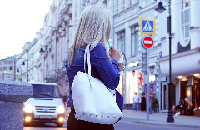 blondýnka s bílou kabelkou