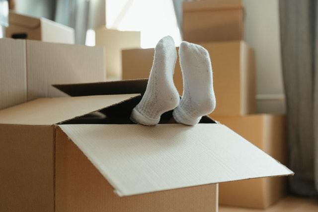 nohy vyčnívající z krabice